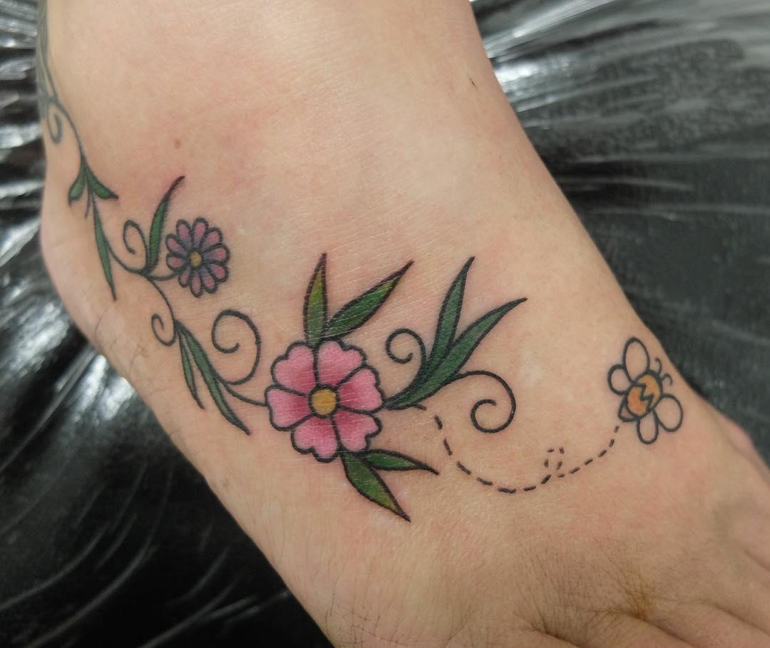 秦小姐脚背藤蔓纹身图案