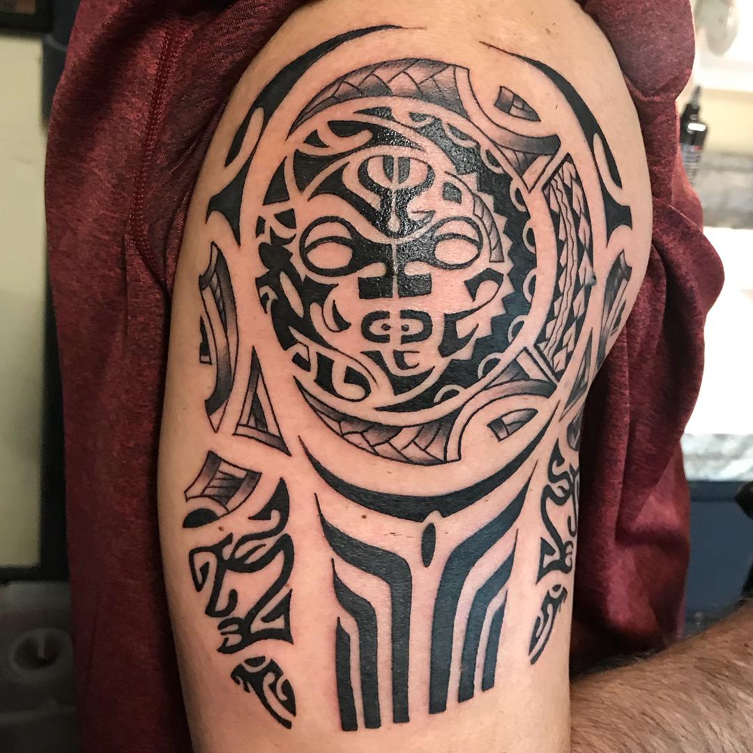惠先生大臂牛图腾纹身图案做仪器行业的仲先生大臂