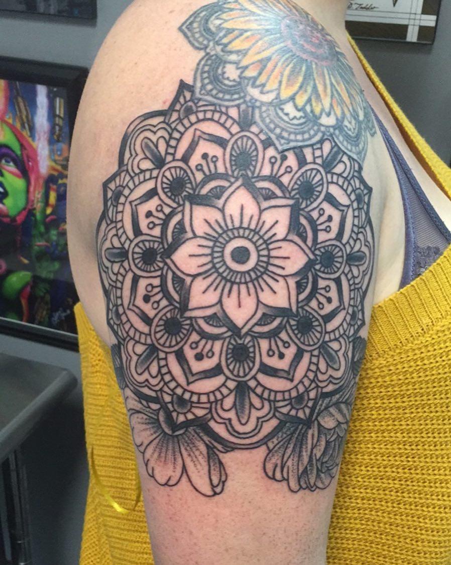 浦小姐大臂梵花纹身图案